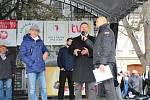 U žehnání svatomartinských vín na Masarykově náměstí v Uherském Hradišti P. Josefem Říhou nechyběl doprovodný folklorní program, ani ochutnávka ve velkokapacitním stanu.