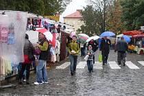 Nedělní deštivý nečas v Uherském Brodě způsobil to, že do ulic vyrazili jenom ti nejotrlejší vyznavači Růžencové pouti. Provazy deště pak předčasně vyhnaly ze svých zaplacených míst v centru města řadu stánkařů.
