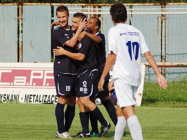 Vít Valenta (uprostřed) se už v přípravě radoval v dresu Slovácka ze dvou gólů.