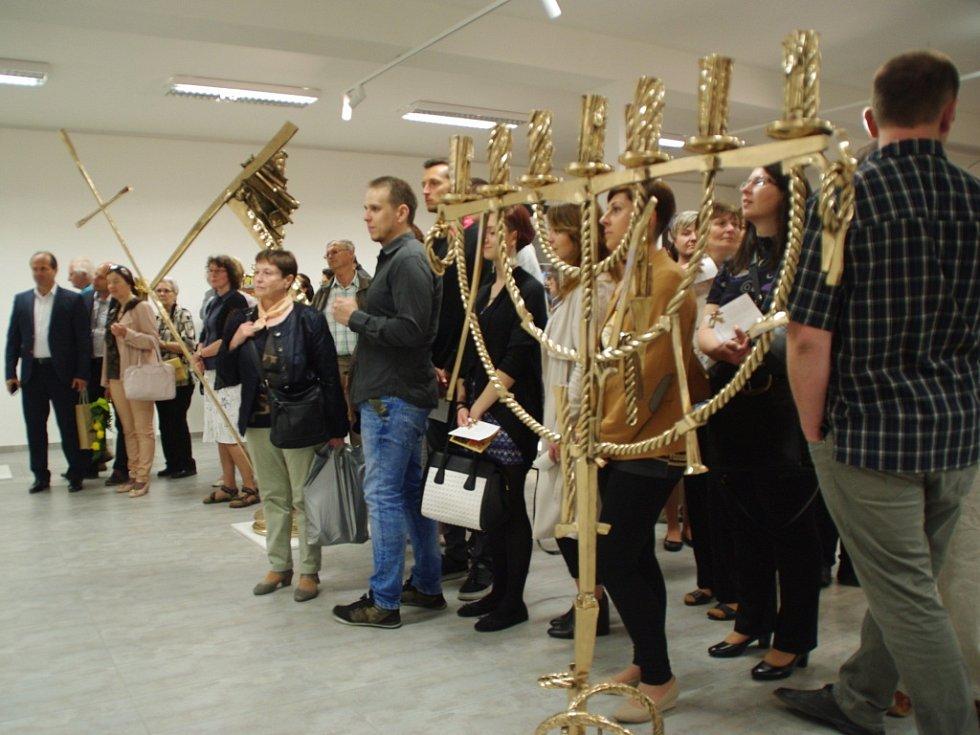 Doslova záplava lidí obklopila navečer o prvním červnovém čtvrtku budovu Turistického centra na Velehradě. V jeho přízemí totiž právě startovala dlouhodobá výstava sochaře a výtvarníka Otmara Olivy s názvem Příběh sochy.