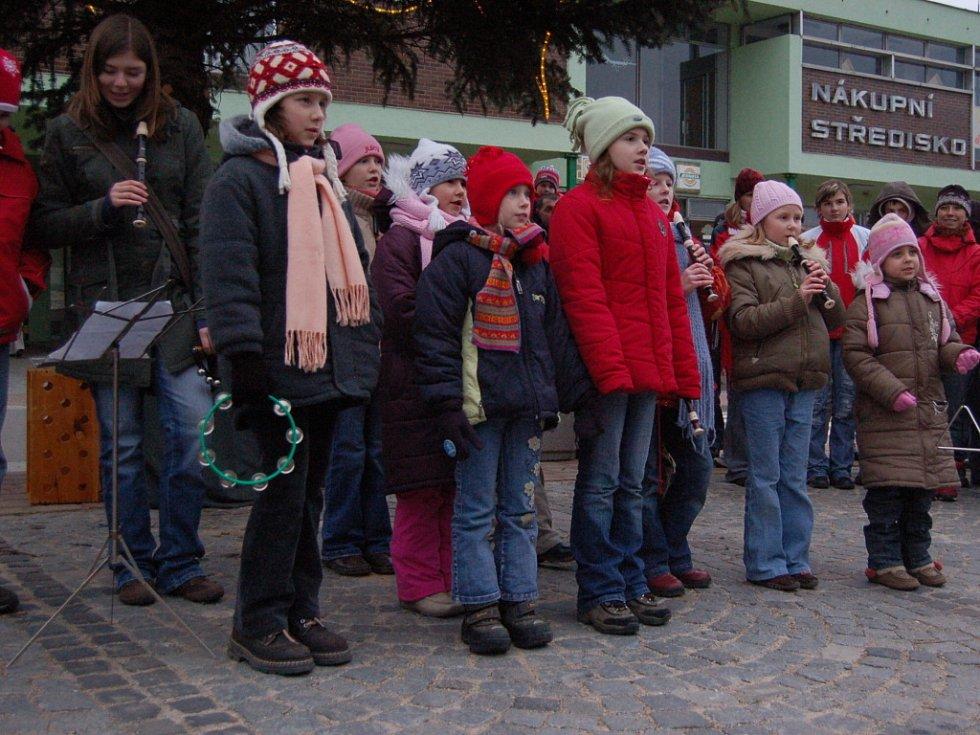 Před polešovickým obecním úřadem vystoupila i dětská Scholička.