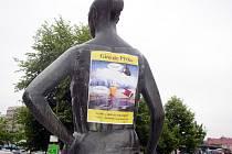Plakát lákající na Giro de Pivko tradičně zkrášlil i záda sochy nejznámější hradišťské cyklistky na bývalé tržnici.