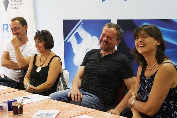 Členové Dejvického divadla na tiskové konferenci.
