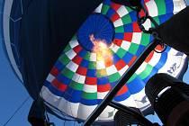 Celkem 14 balonů se ve čtvrtek 1. září vzneslo z BalonCentra Břestek nad podhůří Chřibů.