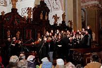 VDUCHU VÁNOC. Koncert cimbálové muziky Cifra a pěveckého sboru Viva la musica z Gymnázia v Uherském Hradišti přilákal do velehradské baziliky na 250 posluchačů.