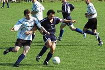 Hráči Popovic (v modrém) versus Drslavice.