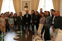 Ivo Valenta (uprostřed) se studenty, kteří díky činnosti Československého ústavu zahraničního studují bohemistiku.