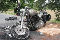 Na silnici mezi Uherským Ostrohem a Moravským Pískem došlo k těžké dopravní nehodě mezi motocyklem zn. Harley-Davidson osobním autem autoškoly zn. Fiat.