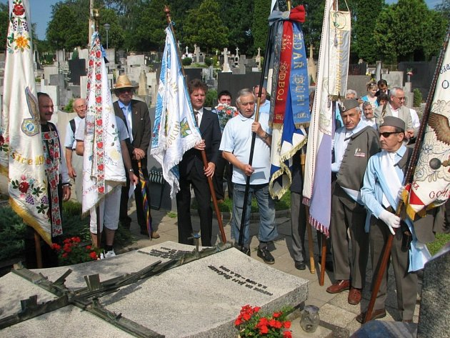 Pietní akt u hrobu kněze a politika Jana Šrámka na Velehradě.