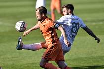 Marek Matějovský z Boleslavi a Marek Havlík ze Slovácka v utkání 30. kola první fotbalové ligy.