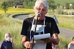 Otmar Oliva při proslovu nad základem památníku.