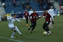 Fotbalisté Slovácka (v bílých dresech) proti Spartě. Ilustrační foto