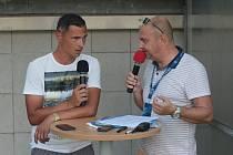 Někdejší ligový fotbalista a současný trenér mladších žáků Slovácka Lukáš Fujerik (na snímku vlevo) jako host při zápase FORTUNA:LIGY.