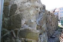 Dělníci zahájili obnovu další části historických hradeb v Uherském Hradišti. Tentokrát v tamní ulici Dlouhá.