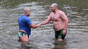 Otužilci pokořili na Štěpána ledovou řeku Moravu v Hradišti