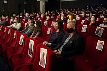 Místa, která musela zůstat prázdná, zaplnilo vedení Slováckého divadla vytištěnými fotkami předplatitelů, povolená třetinová návštěva na Rychlých šípech ale byla znát.