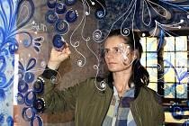 Ve velmi zajímavém čase - v den zahájení Letní filmové školy - byla ve Vodní ulici slavnostně otevřena Moja vinotéka. Malířka Lenka Jurečková.