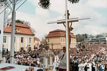 Velehrad 22. dubna 1990 při bohoslužbě před bazilikou, sloužené papežem Janem Pavlem II.