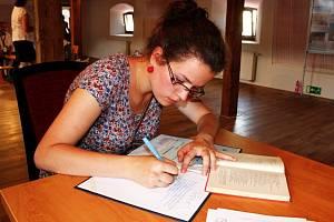 PSÁNO RUČNĚ. Každý návštěvník Velehradu se mohl zařadit do širokého proudu přepisovatelů Bible.