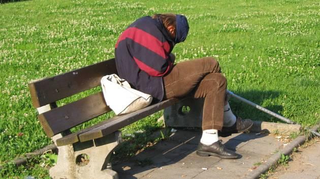 """Skupinky bezdomovců """"okupují"""" především autobusové a vlakové nádraží v Uherském Hradišti"""