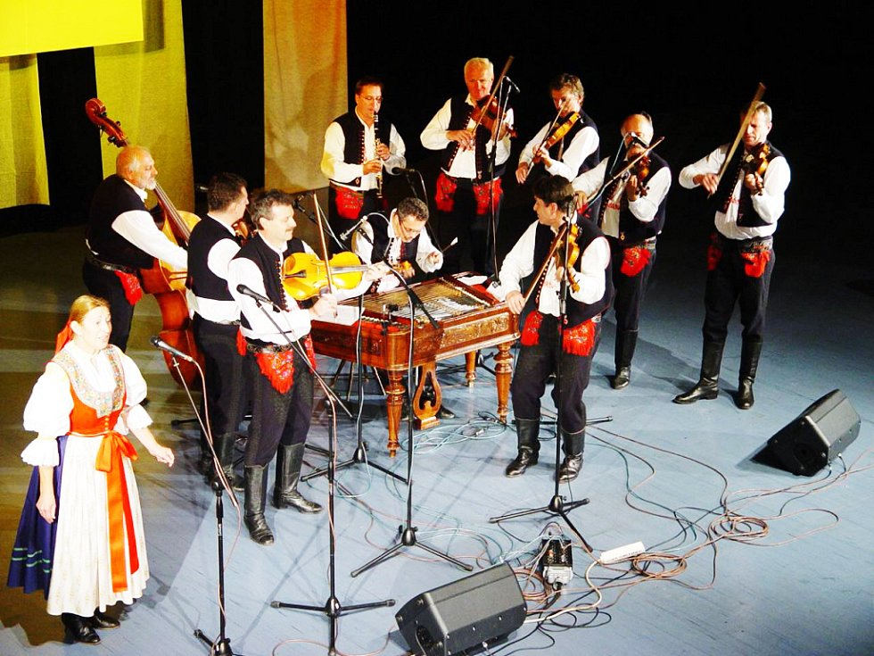 Cimbálová muzika Jaroslava Čecha s Laďkou Mikuláštíkovou.