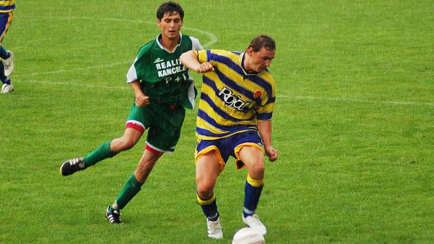 Utkání mezi Zlechovem a Slavkovem (v pruhovaném) se hrálo za stálého deště, z těsné výhry 1:0 se nakonec radovali domácí fotbalisté.