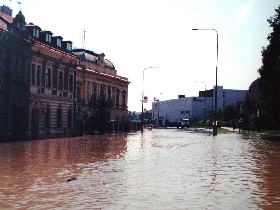 Hladina se rozprostírala i na hlavním tahu Uherským Hradištěm. Zabrala i gymnázium.