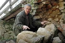 Stékající voda takto poškodila mostní pilíř na hradě Buchlově. Kastelán Rostislav Jošek ukazuje kameny, které se musí vrátit přesně na své původní místo