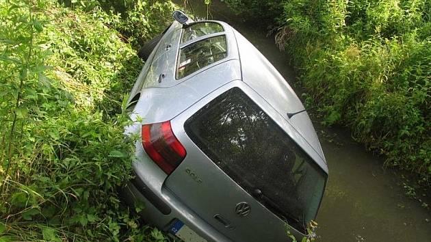 Nabouraný volkswagen u potoka