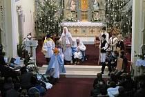 Tradiční akci Otvírání betléma, pořádala v pondělí 24. prosince odpoledne v kostele svatých Filipa a Jakuba v Dolním Němčí tamní schola Nekonečno.