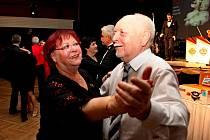 Ve slovácké metropoli plesali mladí i senioři. Při plesovém vyzvání k tanci jim hrála cimbálovka i skvělé hudební skupiny.