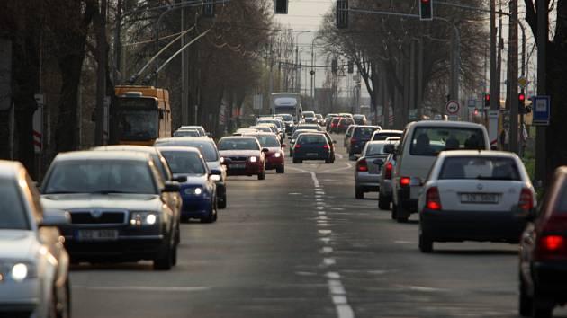 V místech, kde se hlavní tah Zlínem (silnice I/49) ve směru na Otrokovice zužuje ze čtyř pouze do dvou pruhů, často způsobuje řidičům kompliace