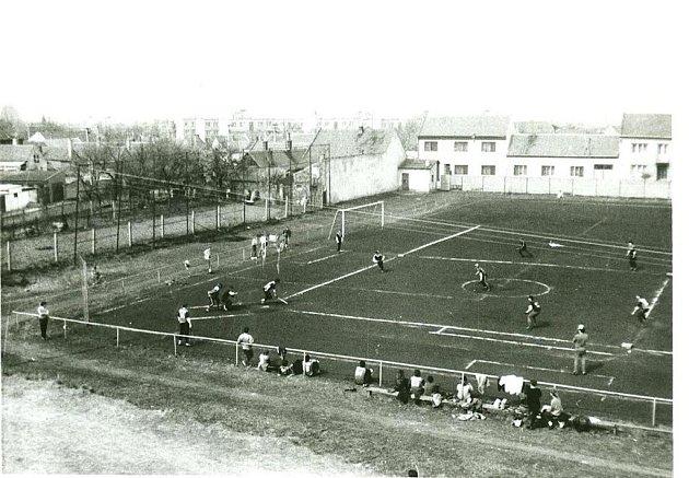 Vpočátcích softbalu vKunovicích hrály týmy na škvárovém fotbalovém hřišti na Mlatevni.