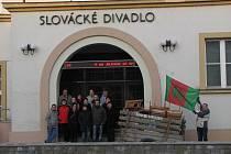 Hroznolhotští před Slováckým divadlem.