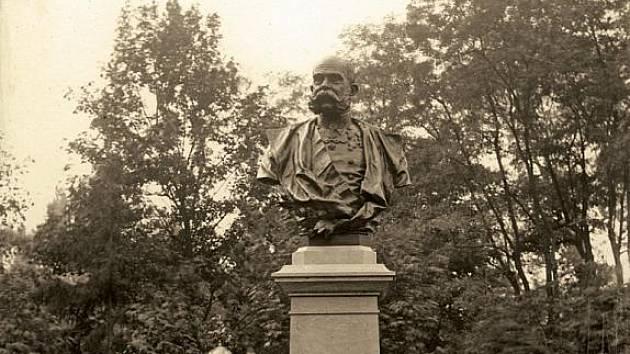 Starosta Stancl u busty císaře v městském parku.