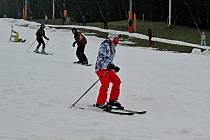 """Tuzemské zimní areály dostaly o předposledním prosincovém pátku šanci otevřít lyžařská střediska. Stejně tak tomu bylo i v Lyžařském středisku Stupava, oblíbené """"mekce"""" zimního lyžování na Slovácku a v širokém okolí."""