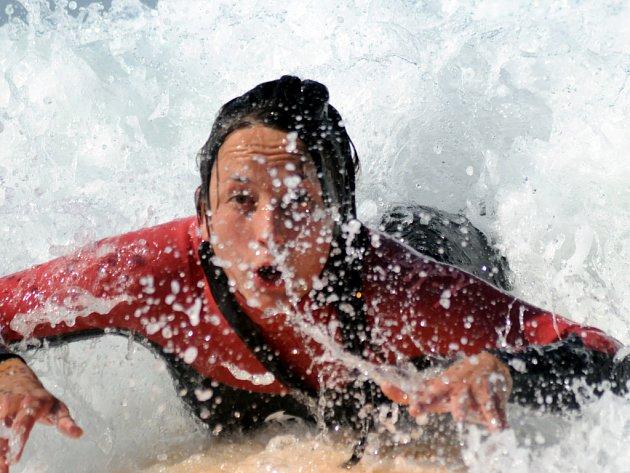 První sjeté vlně u každého adepta surfingu předcházely desítky pokusů se vůbec udržet nad vodní hladinou.