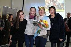 V doprovodu svých studentek a se zlatou korunou na hlavě se vyfotografovala vítězska regionálního kola soutěže Zlatý Ámos Alena Ježková.