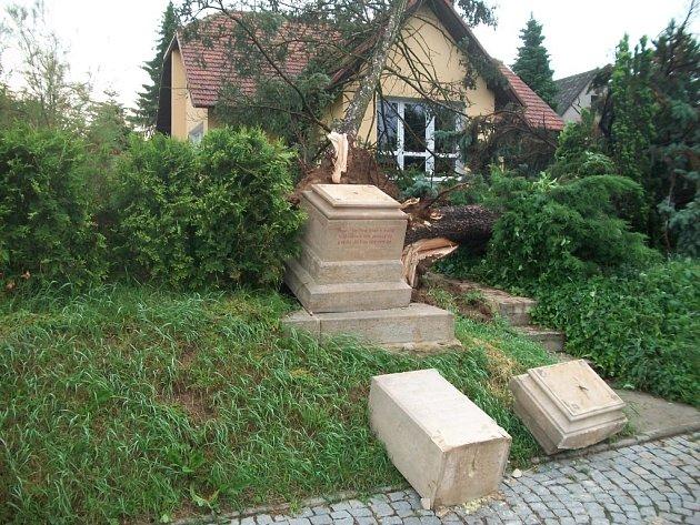 Mezi památky, které nechali zástupci Uherského Hradiště v poslední době opravit, patří i historický kříž a zvonice v městské části Mařatice.