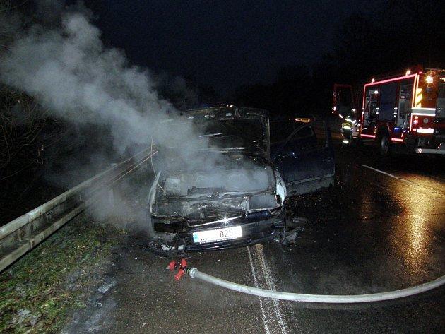 Ani rychlá pomoc hasičů auto nezachránila.
