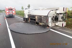 Kamion převrácený v příkopu, asfalt rozlitý na silnici a škoda za více než 400 tisíc korun. Takové jsou následky dopravní nehody, k níž došlo v pondělí 9. září krátce před jedenáctou hodinou dopoledne na silnici I/50 u Bánova.
