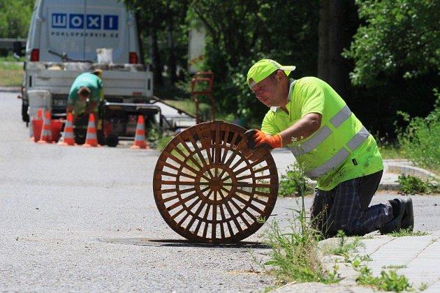 Technik Poklop servisu kontroluje  kvalitu opravených vpustí v Šumicích.