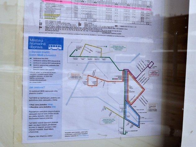 Znázornění tras pouliček na většině zastávek v Uherském Hradišti opět chybí. Vedení ČSAD BUS ale přislíbilo, že je opět rozmístí.
