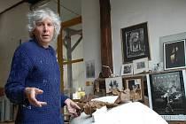 Akademický sochař Otmar Oliva ve svém velehradském ateliéru.