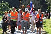 Mladí i dospělí se vydali na Velehrad pěšky a s dvouramennými kříži na krku.