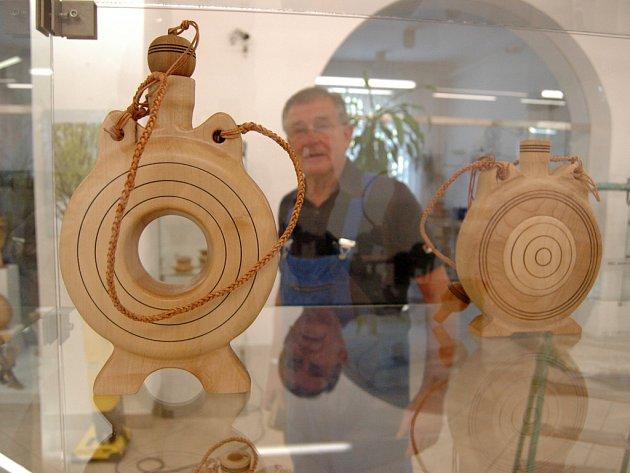 Mařatický výtvarník Antonín Hájek přivezl do Slováckého muzea vedle dřevěných misek, figurek, čutor a obřích kraslic i staré soustruhy.