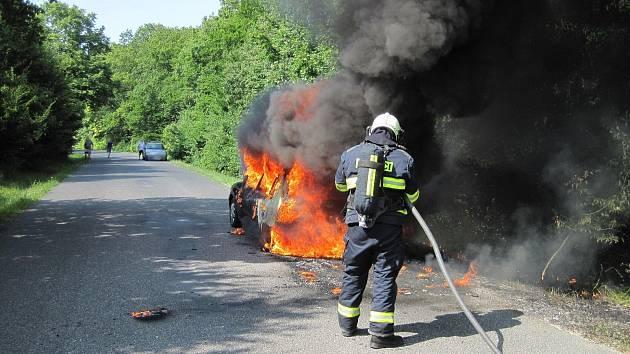 Požár osobního automobilu způsobila technická závada.