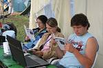 Denní tisk dostávali zdarma všichni účastníci setkání. A také jej četli.