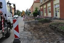 Cestu ze Štěpnic do centra města v současnosti komplikují stavební práce v ulici Husova.