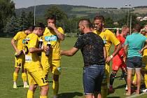 Fotbalisté Strání (žluté dresy) dál zůstávají na posledním místě tabulky.